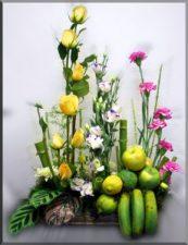 Canasta con Flores y Frutas de Estación
